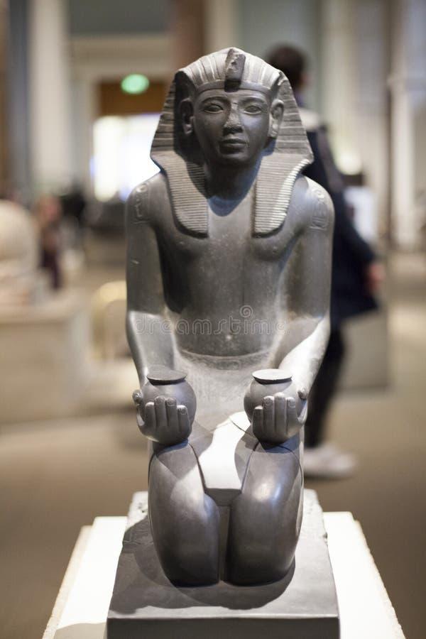 在伦敦维多利亚雕刻埃及艺术,被拍摄英国12月2017年英国 库存照片