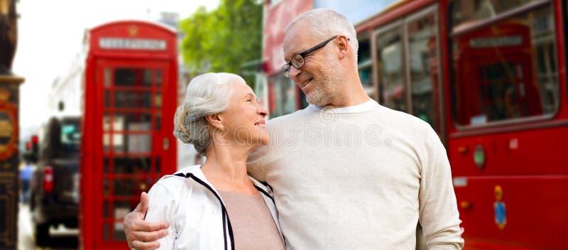 在伦敦街道上的愉快的资深夫妇在英国 库存图片
