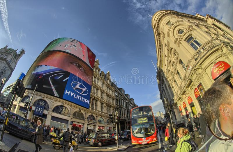 在伦敦街道的红色双层公共汽车  免版税库存图片