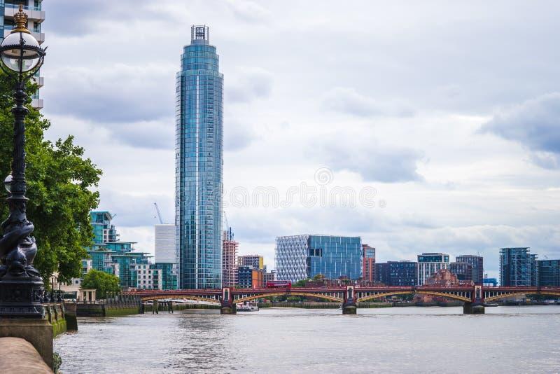 在伦敦视图的Vauxhall塔与在泰晤士河的Vauxhall桥梁 免版税库存图片