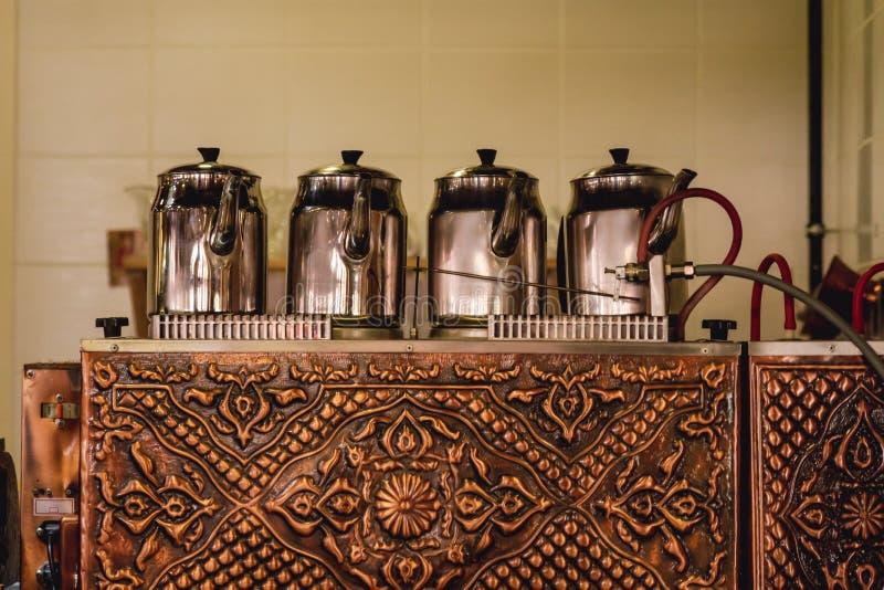 在伪造的铜茶锅炉的传统土耳其茶壶在Tur 库存图片