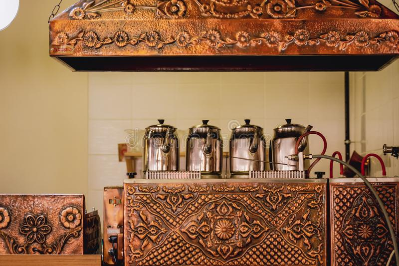 在伪造的铜茶锅炉的传统土耳其茶壶在Tur 图库摄影