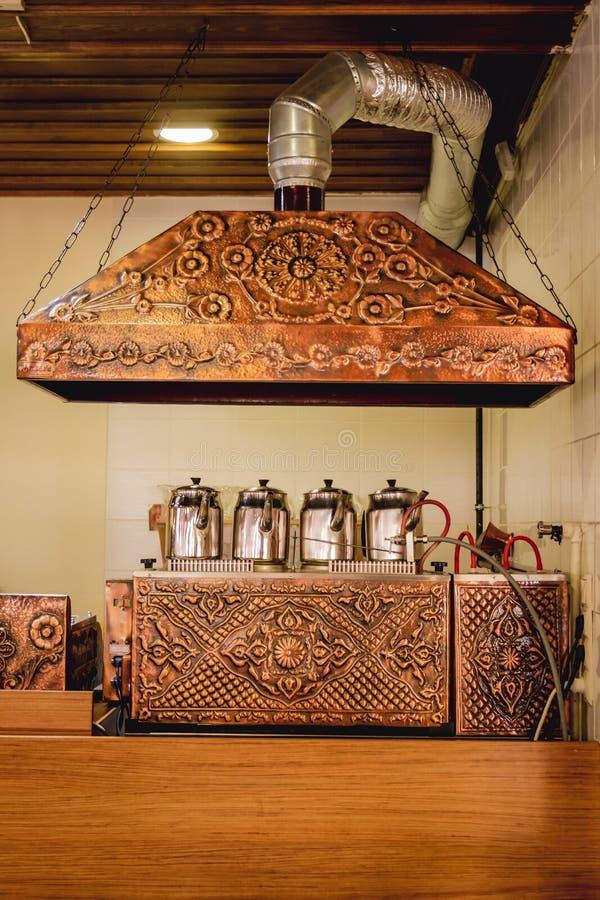 在伪造的铜茶锅炉的传统土耳其茶壶在Tur 库存照片
