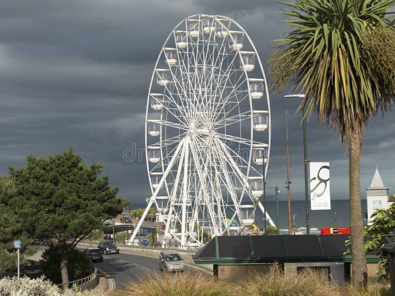 在伯恩茅斯码头的大弗累斯大转轮一个大和populair旅游目的地 免版税库存照片