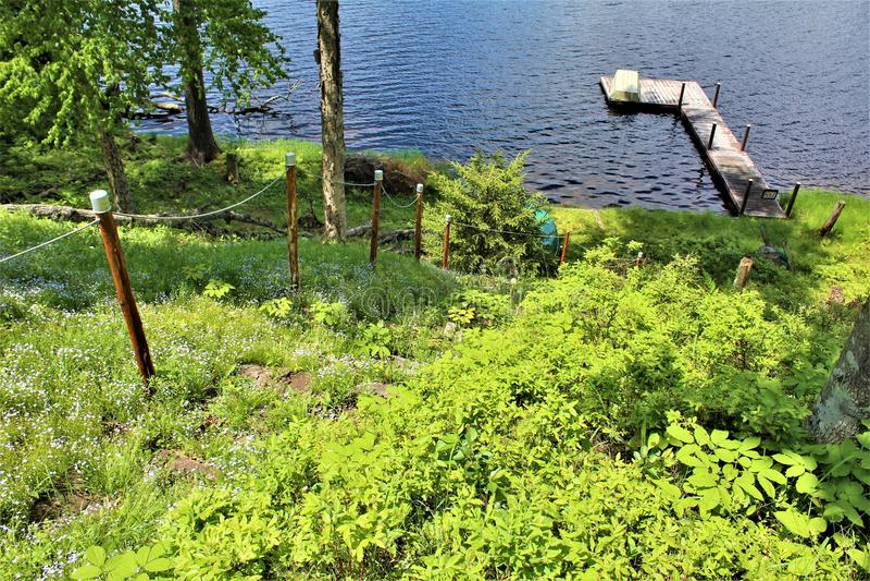 在位于Childwold的伦纳德池塘靠码头,纽约,美国 库存图片