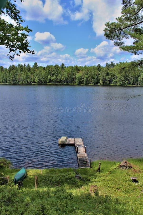 在位于Childwold的伦纳德池塘靠码头,纽约,美国 免版税图库摄影