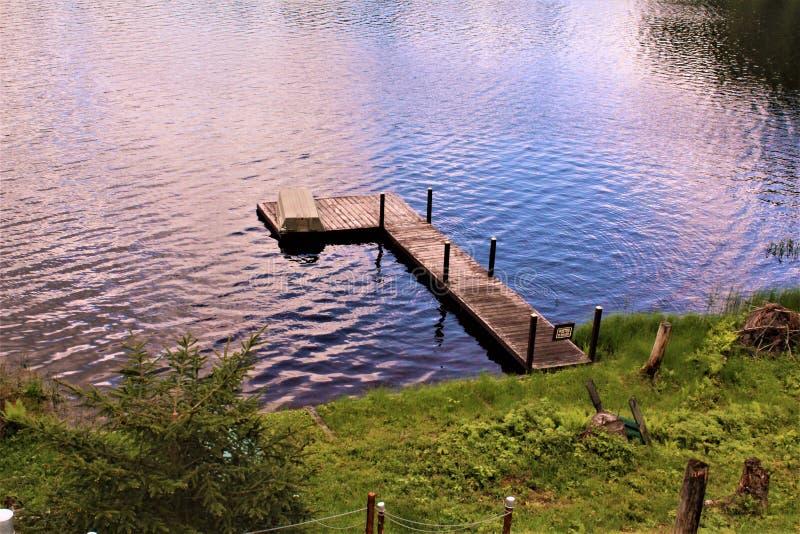 在位于Childwold的伦纳德池塘靠码头,纽约,美国 图库摄影