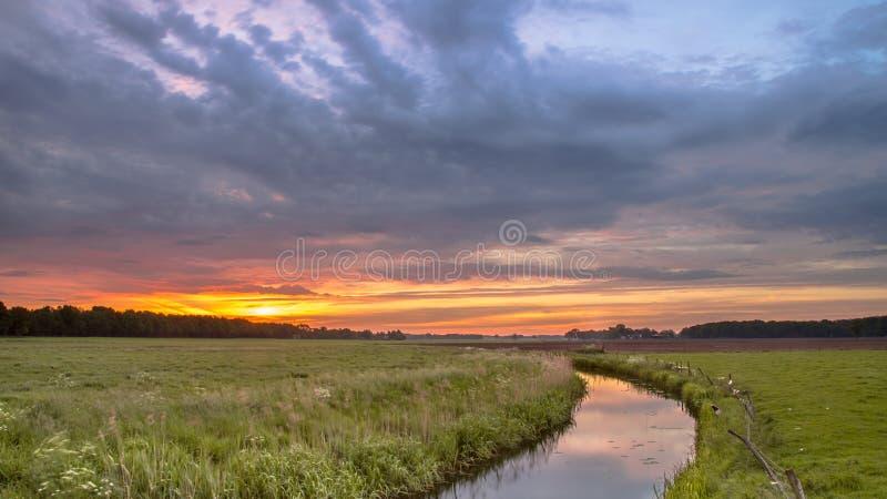 在低地河谷风景的日出 库存照片