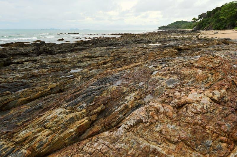 在低潮时间的岩石岸 免版税库存照片
