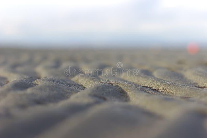在低潮期间的水波纹在海滩 图库摄影