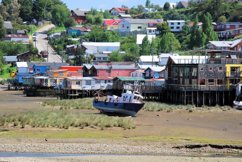 在低潮期间,高跷安置色的卡斯特罗, Chiloe海岛,智利 免版税库存图片