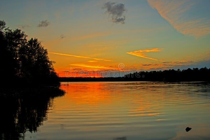 在低音湖的日落以后 库存照片