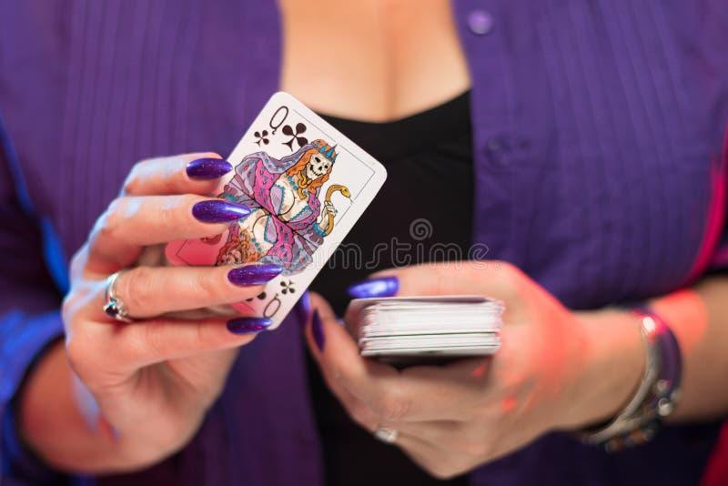 在低颈露肩的背景举行的女性手卡片组 库存图片