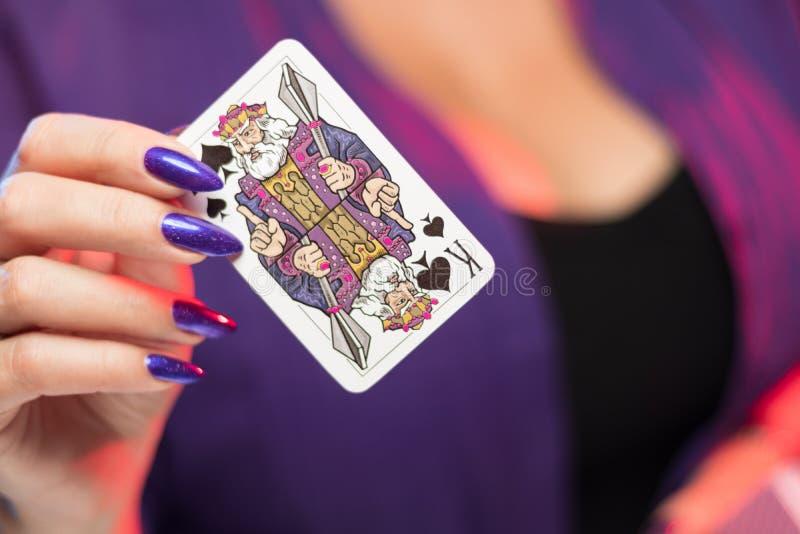 在低颈露肩的背景举行的女性手卡片组 库存照片