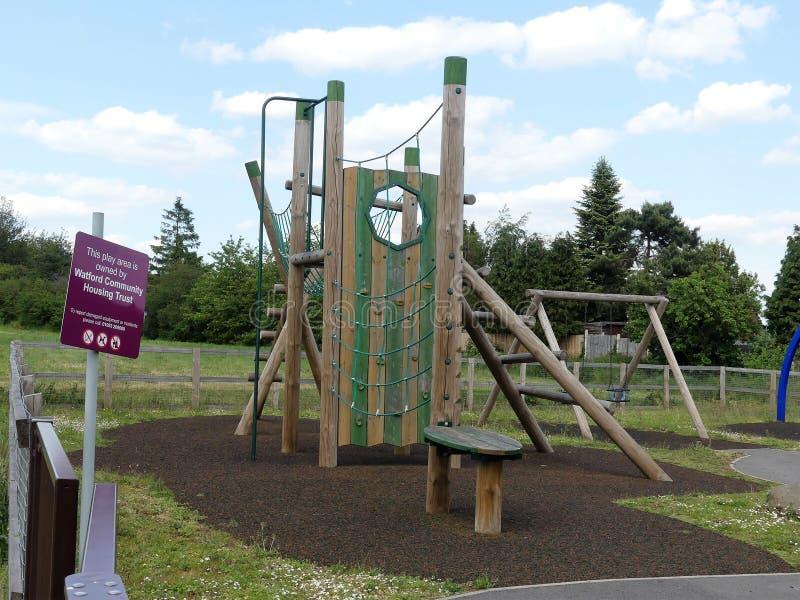 在住房开发附近的沃特福特公共安置的信任玩耍区域 免版税库存照片