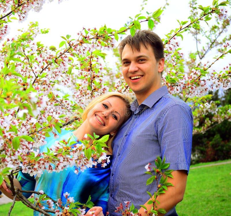 在佐仓` s的年轻夫妇在公园从事园艺 免版税库存图片