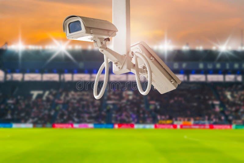 在体育场橄榄球的CCTV安全在暮色背景 免版税图库摄影