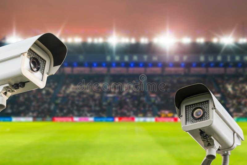 在体育场橄榄球的CCTV安全在暮色背景 免版税库存照片