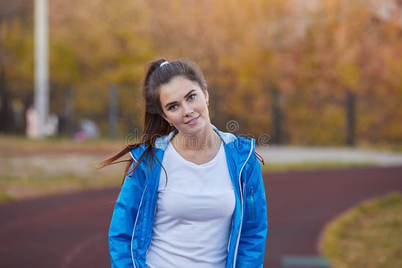 在体育场的年轻运动女孩火车 库存图片