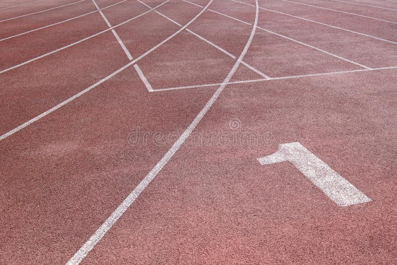 在体育场的连续轨道用不同的数字和空白线路 库存图片