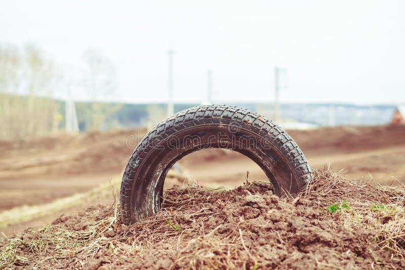 在体育轨道的轮胎 免版税图库摄影