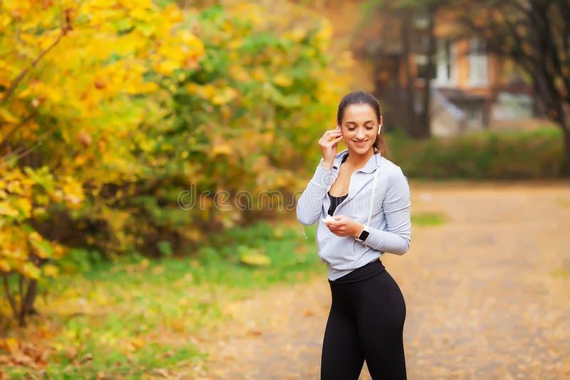 在体育锻炼以后的体育妇女在城市环境里 库存照片