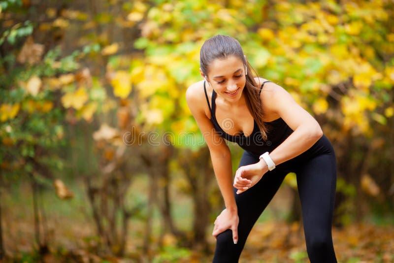 在体育锻炼以后的体育妇女在城市环境里 库存图片