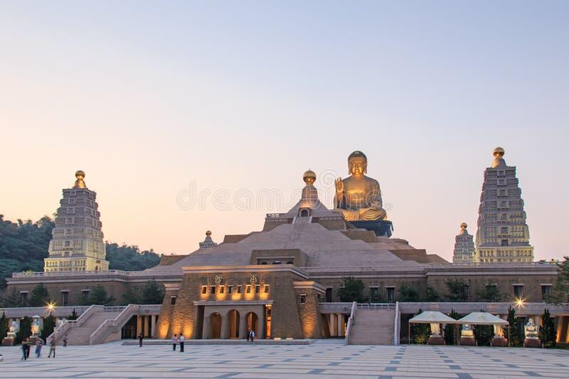 在佛光山高雄,有走许多的游人的台湾buddist寺庙的日落  免版税库存图片