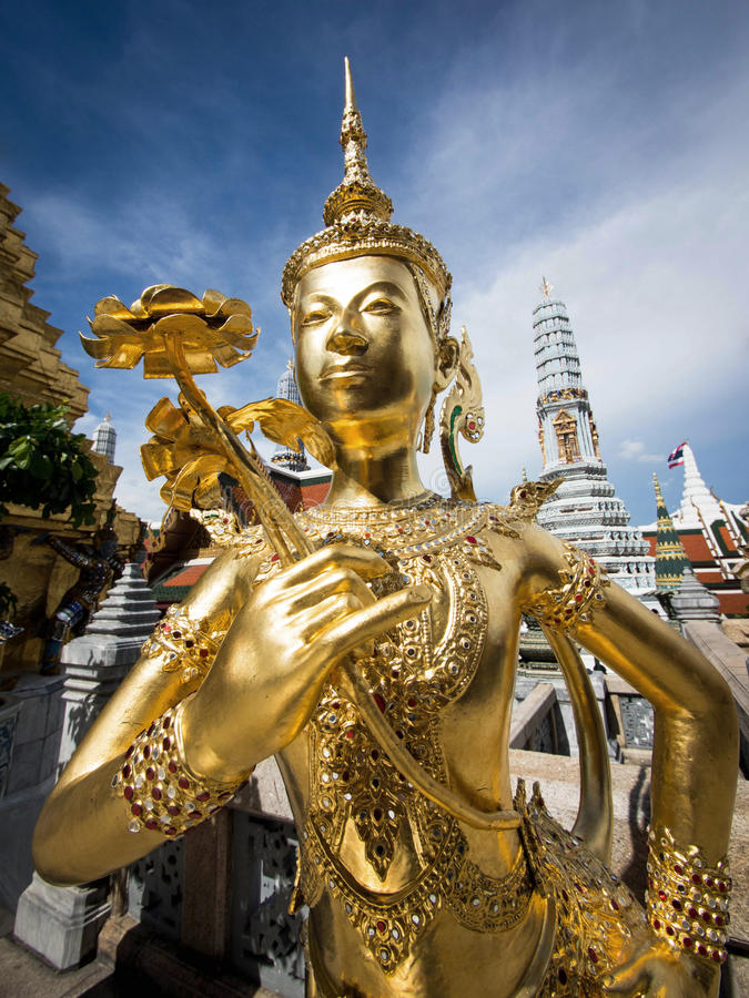 在佛教寺庙之外的金黄Kinnari雕象在盛大宫殿,曼谷 库存照片
