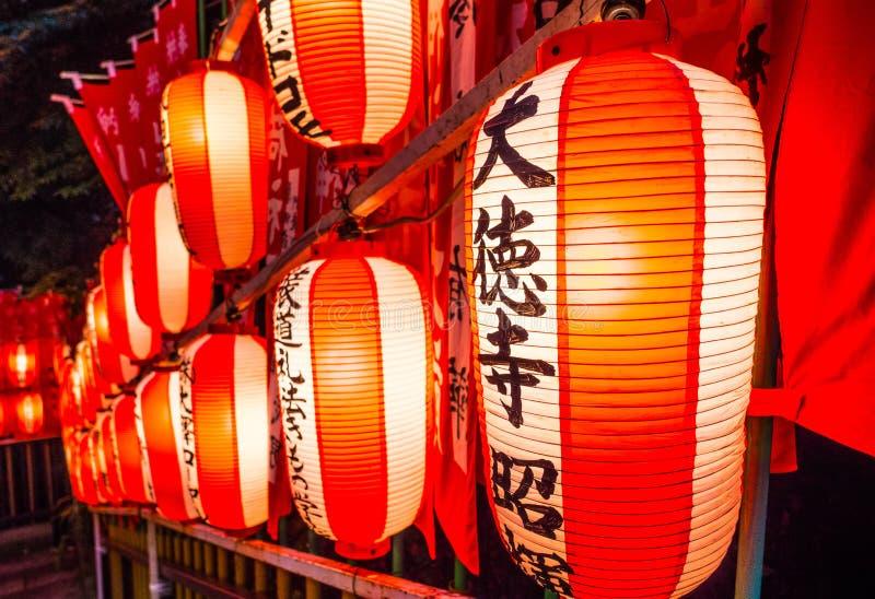 在佛教寺庙或神道圣地-东京,日本- 2018年6月12日的日文报纸灯笼 图库摄影