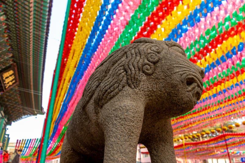 在佛教寺庙的亚洲狮子石头雕象 库存照片