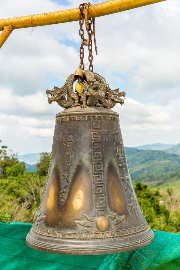 在佛教寺庙的传统亚洲响铃在普吉岛海岛,泰国 在金子菩萨附近的著名大响铃愿望 库存图片