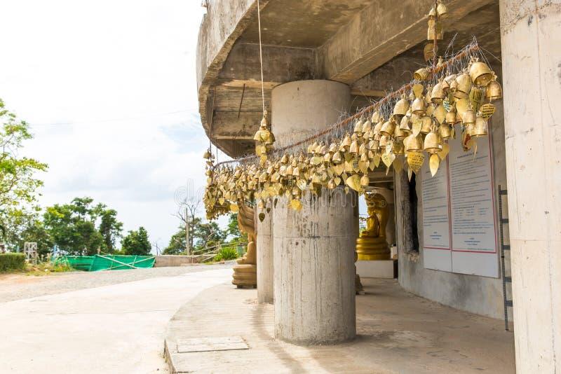 在佛教寺庙的传统亚洲响铃在普吉岛海岛,泰国 著名大菩萨愿望响铃 免版税图库摄影