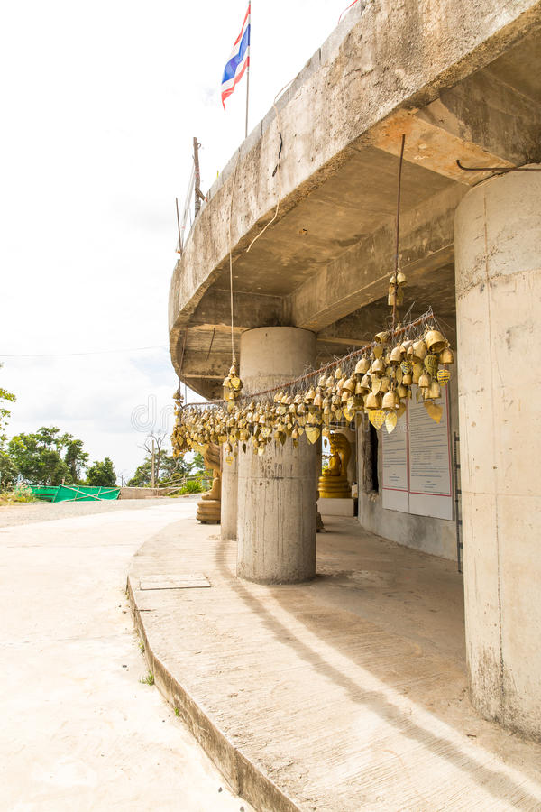 在佛教寺庙的传统亚洲响铃在普吉岛海岛,泰国 著名大菩萨愿望响铃 库存照片