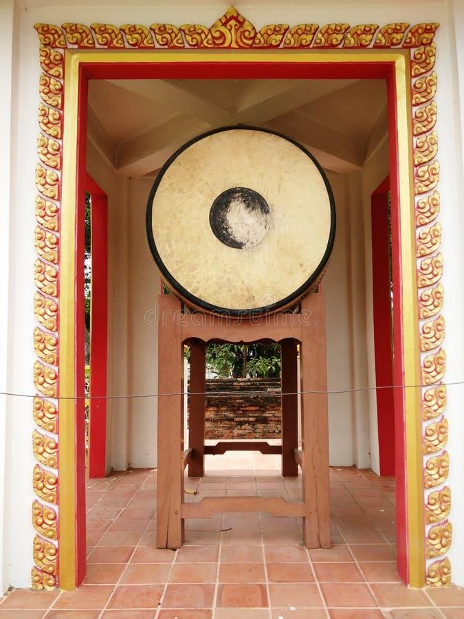 在佛教寺庙的古老鼓 库存图片