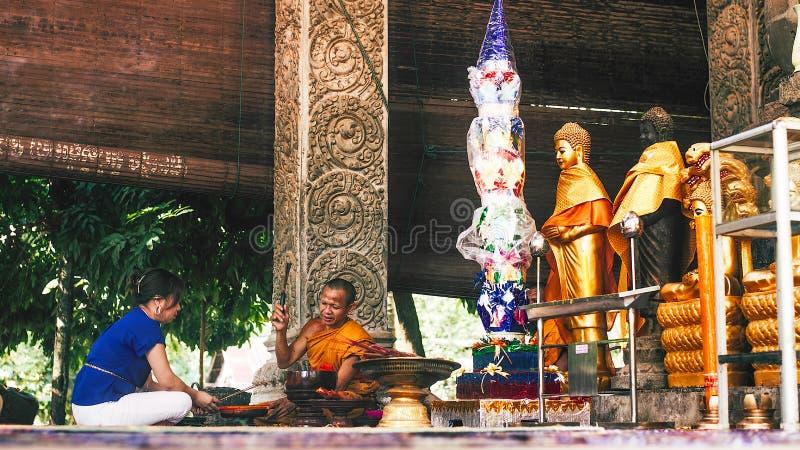 在佛教寺庙的提供的仪式在妇女和修士之间 库存图片