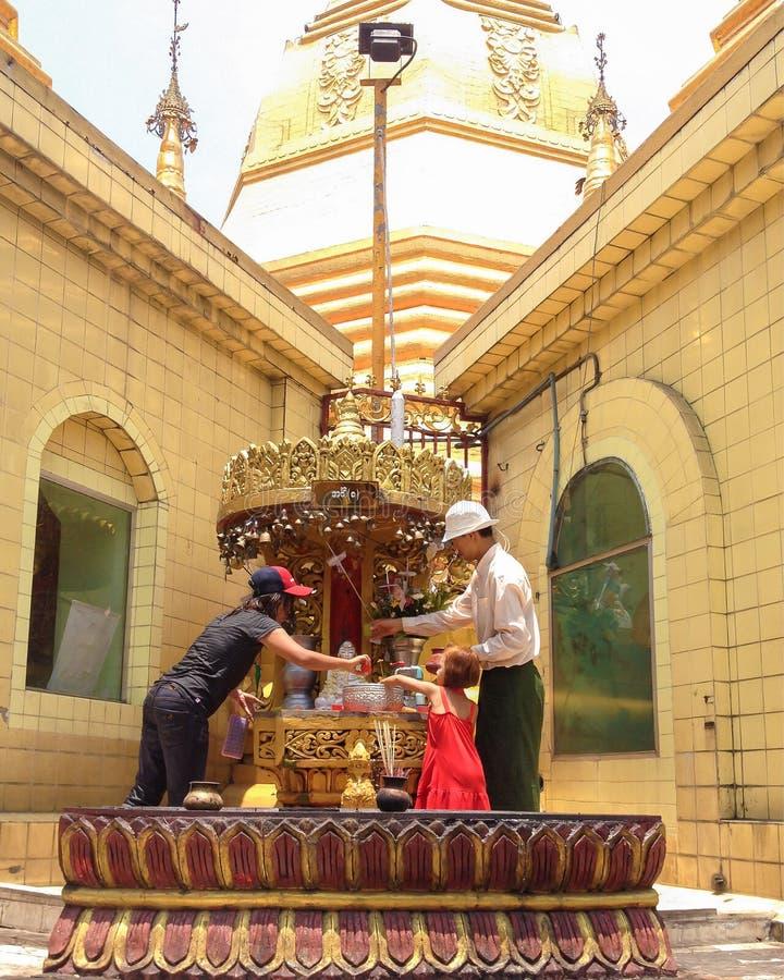 在佛教寺庙的祷告 库存图片