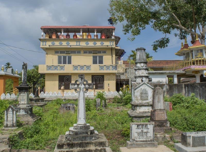 在佛教寺庙附近的古老老公墓有墓碑和纪念碑的在韦利格默镇 免版税库存照片
