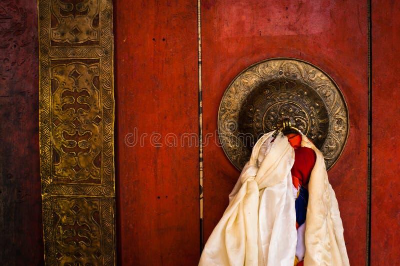 在佛教徒修道院寺庙的老门。印度 免版税库存图片