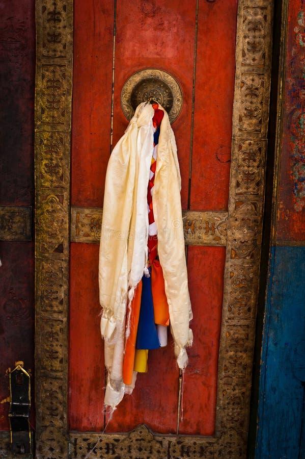 在佛教徒修道院的老门 库存图片