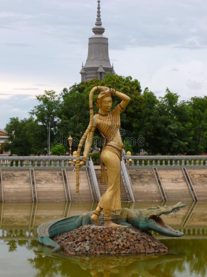 在佛教徒修道院的Phra Mae Thorani雕象在Oudong柬埔寨 库存图片