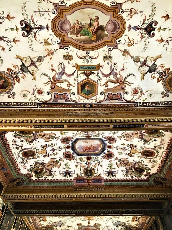 在佛罗伦萨、屋顶和细节的乌菲兹美术馆画廊 免版税图库摄影