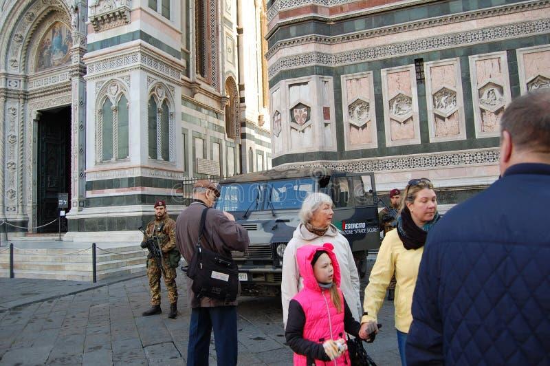 在佛罗伦萨街道和军队上的游人与安全的一辆装甲车 免版税库存图片