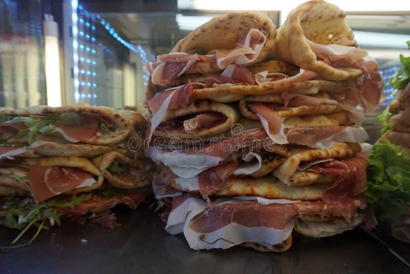 在佛罗伦萨酒吧的未加工的火腿意大利语Panini 库存照片