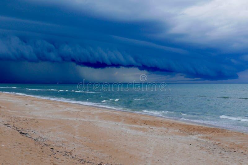 在佛罗里达海滩的剧烈的动乱的预兆 免版税库存图片