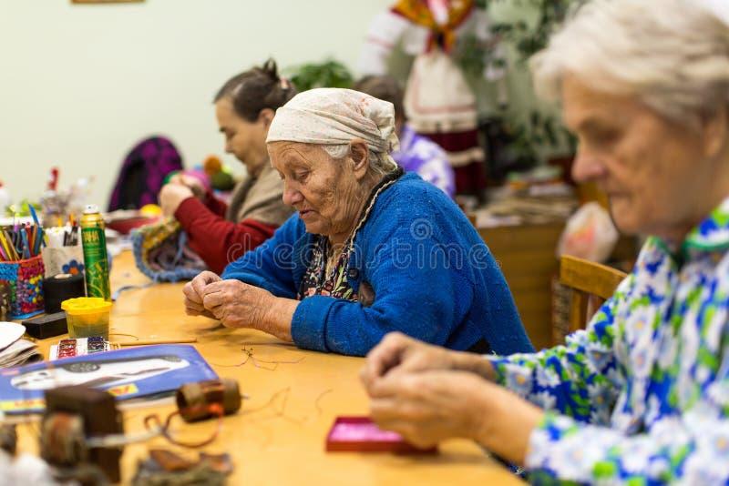 在作业治疗期间的老年人eldery的和失去能力在修复部门在中心 图库摄影