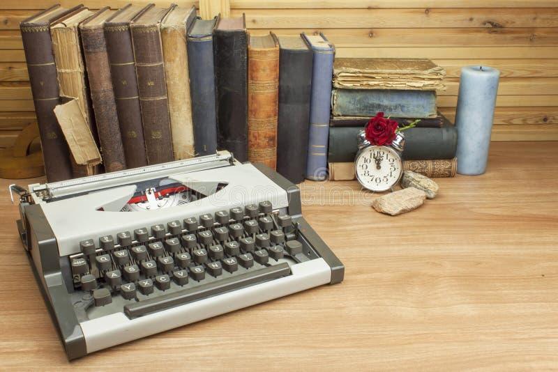 在作家的书桌上的旅行打字机 作家写一本小说 免版税库存图片