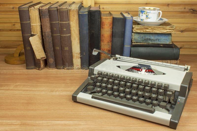 在作家的书桌上的旅行打字机 作家写一本小说 库存照片