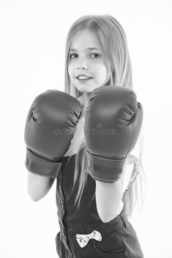 在作战前的一点战斗机 有戴着巨大的红色拳击手套,体育概念的长的金发的女孩 在桃红色的孩子 免版税图库摄影