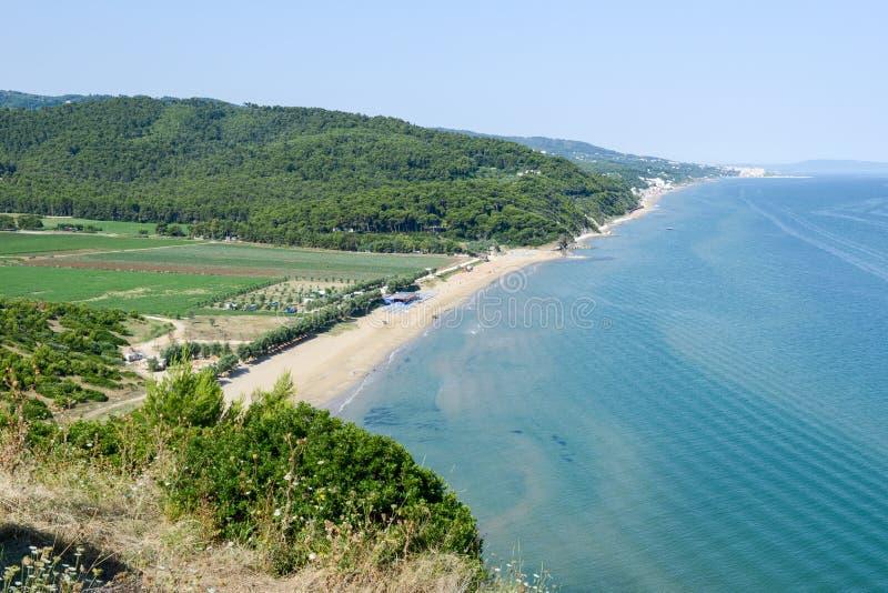 在佩斯基奇附近的海滩海岸普利亚的 图库摄影